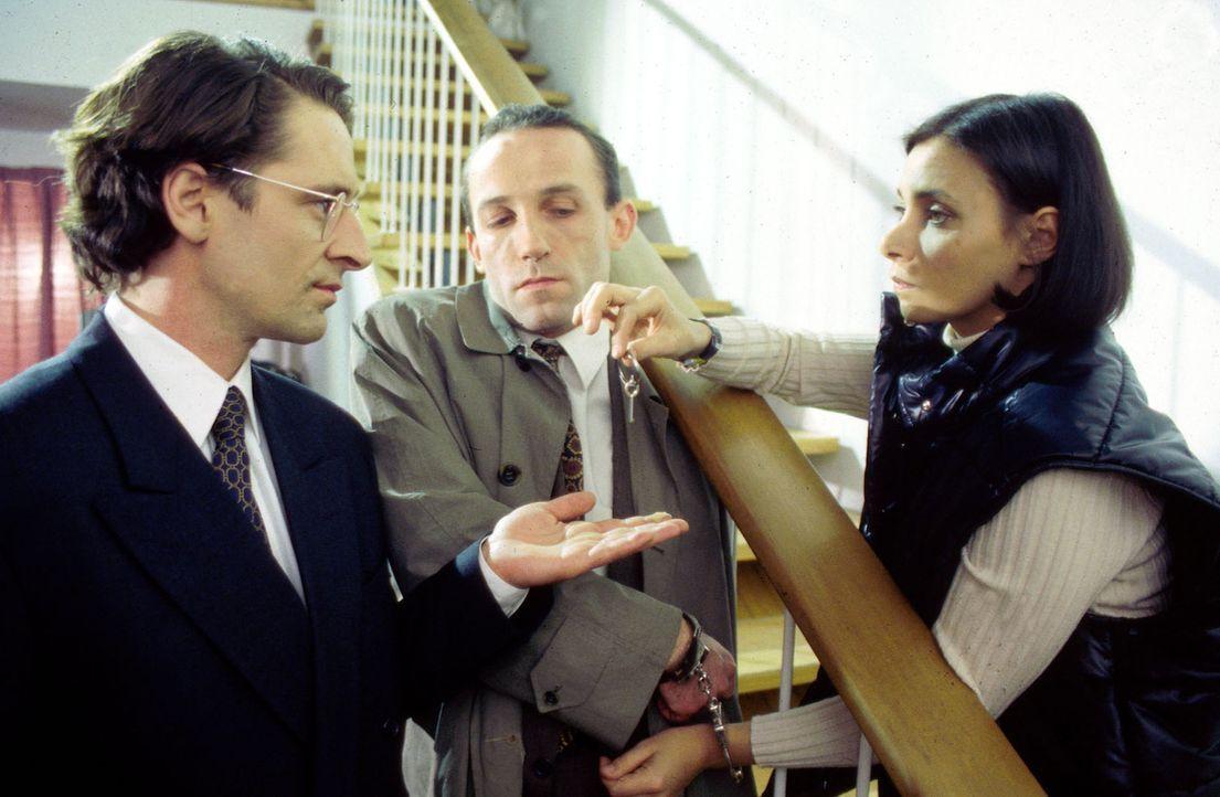 Stockinger (Karl Markovics, M.) und Antonella (Sandra Cervik, r.) sind dem Sekretär des Ministerpräsidenten, Schellewald (Max Tidof, l.), und dessen... - Bildquelle: Huber Sat.1
