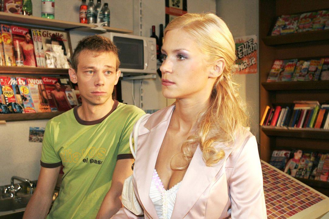Sabrina (Nina-Friederike Gnädig, r.) versucht sich bei Jürgen (Oliver Bokern, l.) Selbstbestätigung zu holen - und wird kühl abserviert. - Bildquelle: Noreen Flynn Sat.1
