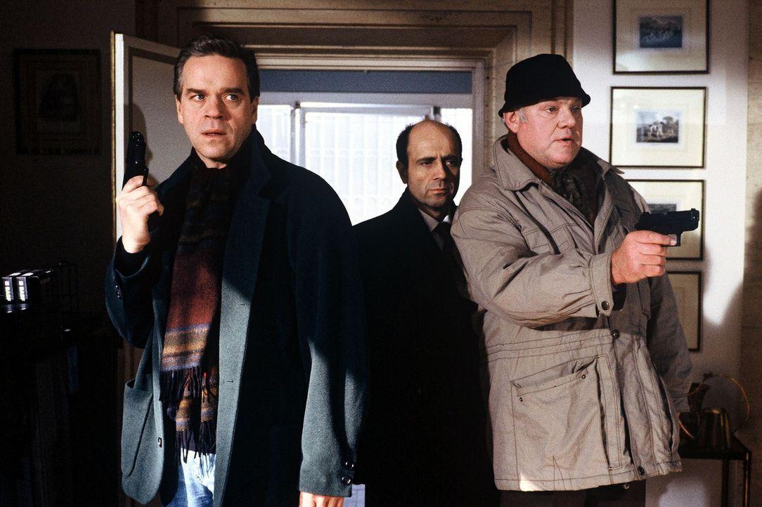 Kommissar Wolff (Jürgen Heinrich, l.), Staatsanwalt Freid (Gers Wamling, M.) und Sawatzki (KLaus Pönitz, r.) müssen handeln, bevor ein neuer Mord... - Bildquelle: Alfred Raschke Sat.1