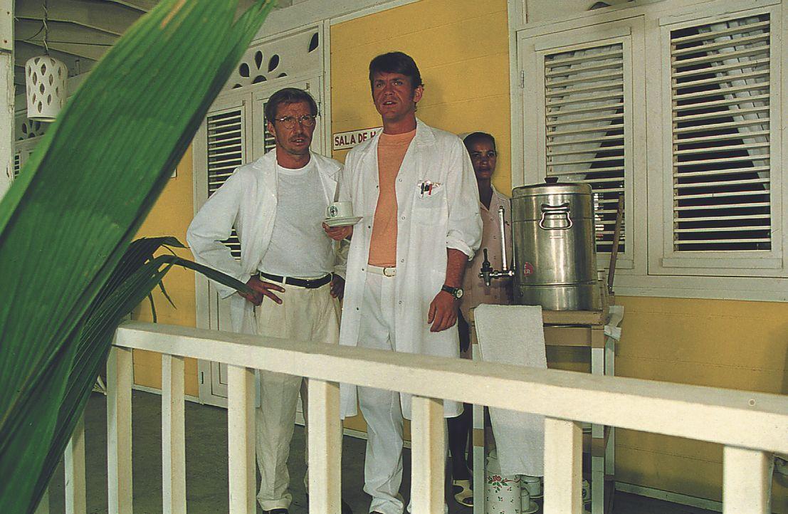 Dr. Peter Sander (Michael Lesch, l.); Ulf Wallin (Tobias Hoesl, r.) - Bildquelle: Lisa Film