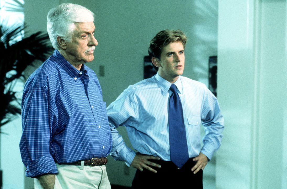 Mark (Dick Van Dyke, l.) und Jesse (Charlie Schlatter, r.) rätseln, wie es zu dem überraschenden Todesfall gekommen ist. - Bildquelle: Viacom
