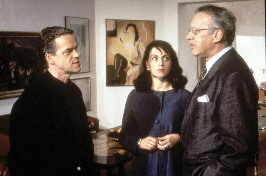 Kommissar Wolff (Jürgen Heinrich, l.) vermutet, dass der Galerist Dr. Karl Winter (Heinz Baumann, r.) an der Ermordung des Malers Mackiewitz beteili... - Bildquelle: Alfred Raschke Sat.1
