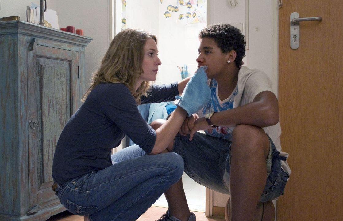 Steven (Diego Alvarez, r.) hat sich bei den Jungen des Bezirks Respekt verschafft, nun versorgt Marie (Lisa Martinek, l.) seine Blessuren. Sie sieht... - Bildquelle: Jacqueline Krause-Burberg Sat.1