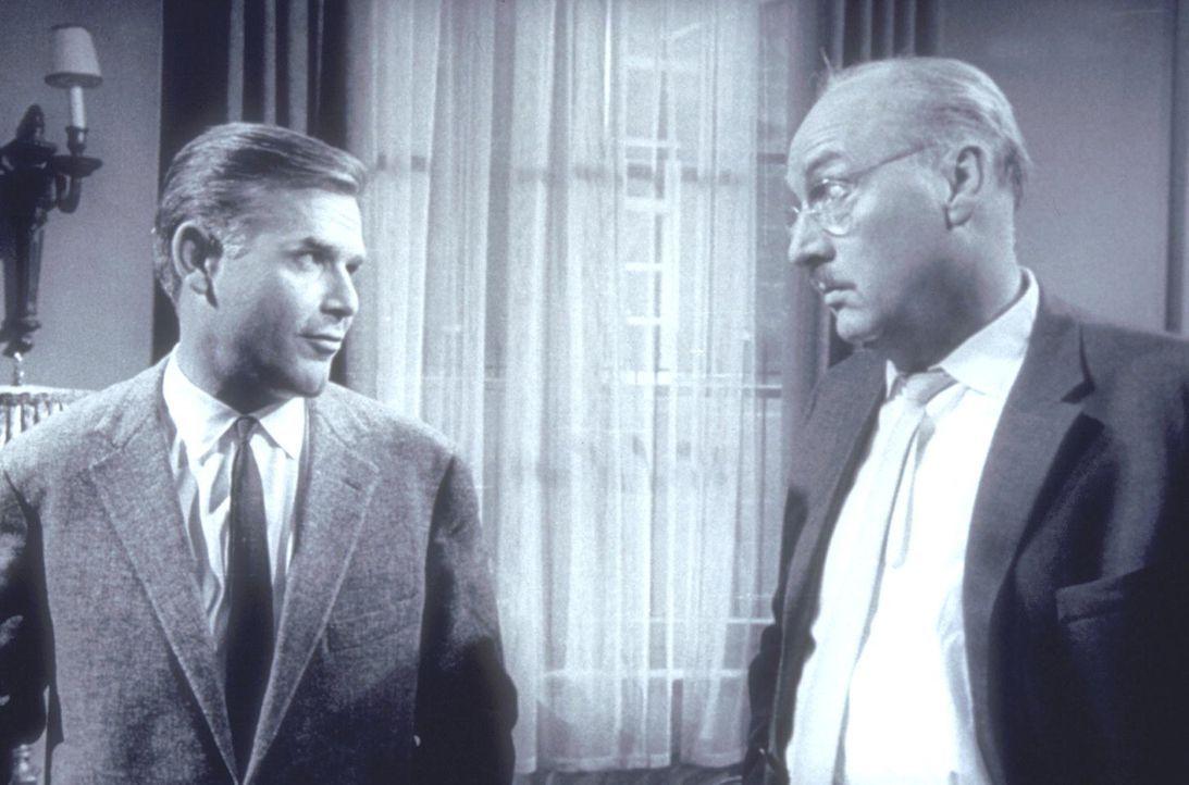 Inspektor Wade (Joachim Fuchsberger, l.) und sein überkritischer Chef Sir John (Siegfried Schürenberg, r.) ... - Bildquelle: Constantin Film