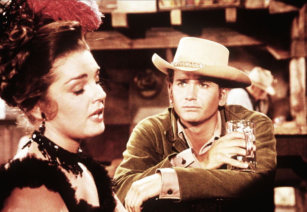 Little Joe Cartwright (Michael Landon, r.) flirtet mit der Saloondame Lorna (Luana Patten, l.). - Bildquelle: Paramount Pictures