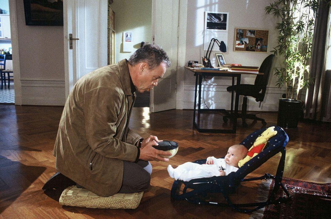 Kommissar Wolff (Jürgen Heinrich, l.) versucht sein Glück, nach dem Vorbild eines japanischen Freundes von Verena, seinen Enkel Luis mit fernöstlich... - Bildquelle: Bienert Sat.1