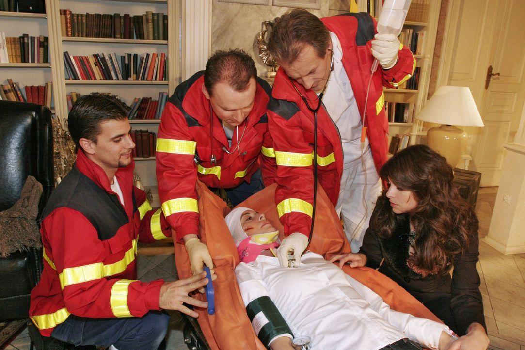 Geschockt sieht Mariella (Bianca Hein, r.), wie Laura (Olivia Pascal, liegend) schwer verletzt von den Sanitätern abgeholt wird. - Bildquelle: Noreen Flynn Sat.1