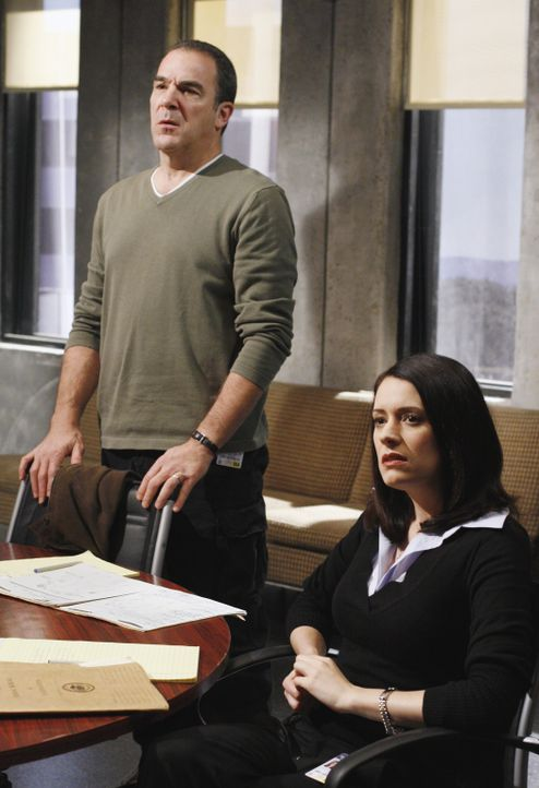 Einem Serientäter auf der Spur: Gideon (Mandy Patinkin, l.) und Emily Prentiss (Paget Brewster, r.) ... - Bildquelle: Ron Tom 2006 Touchstone Television. All rights reserved. NO ARCHIVE. NO RESALE.
