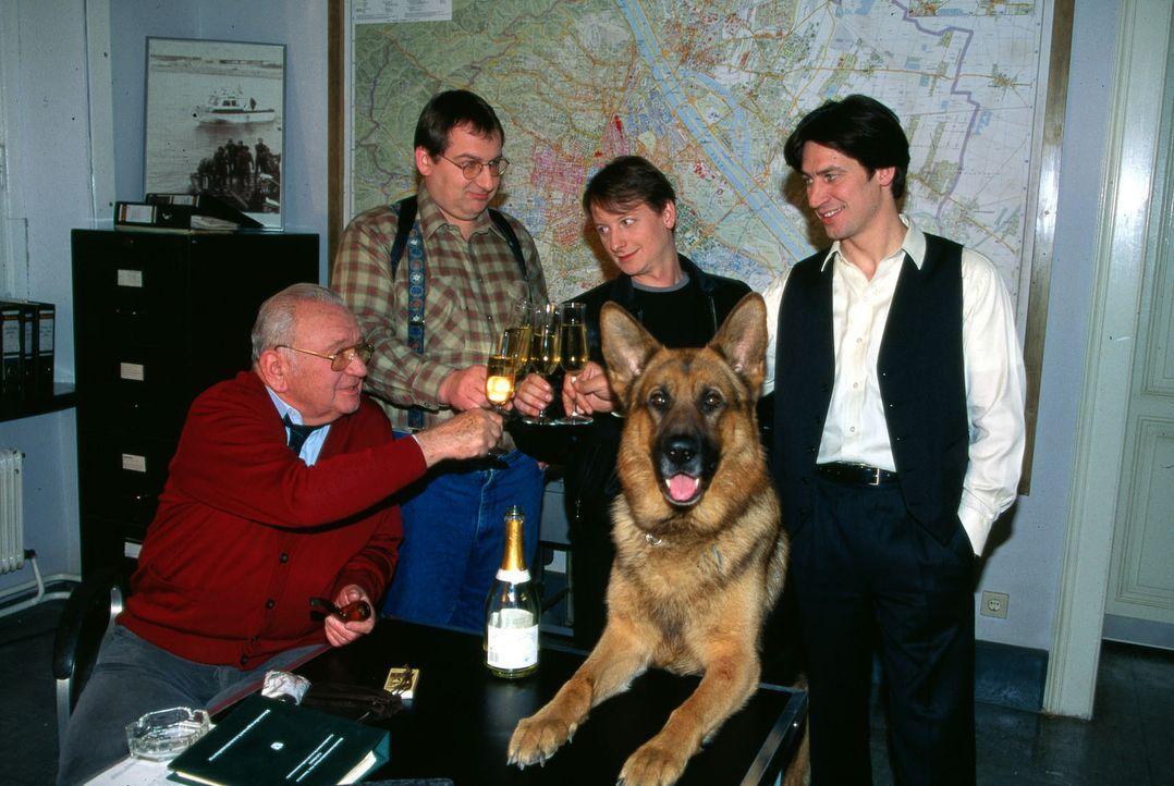 Kommissar Moser (Tobias Moretti, r.), Peter Höllerer (Wolf Bachofner, 2.v.l.), Rex und Max Koch (Fritz Muliar, l.) heißen ihren neuen Kollegen Chris... - Bildquelle: Ali Schafler Sat.1