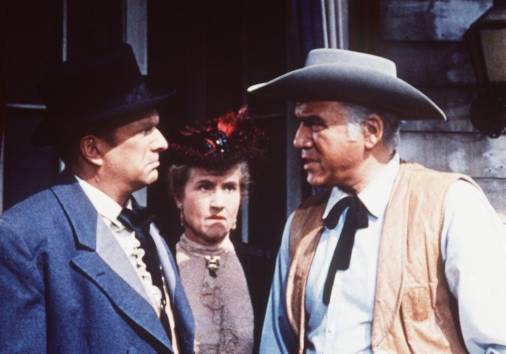Nachdem Mrs. Bufords Mann ermordet wurde, versucht Ben Cartwright (Lorne Greene, r.), den Mörder zu finden. - Bildquelle: Paramount Pictures