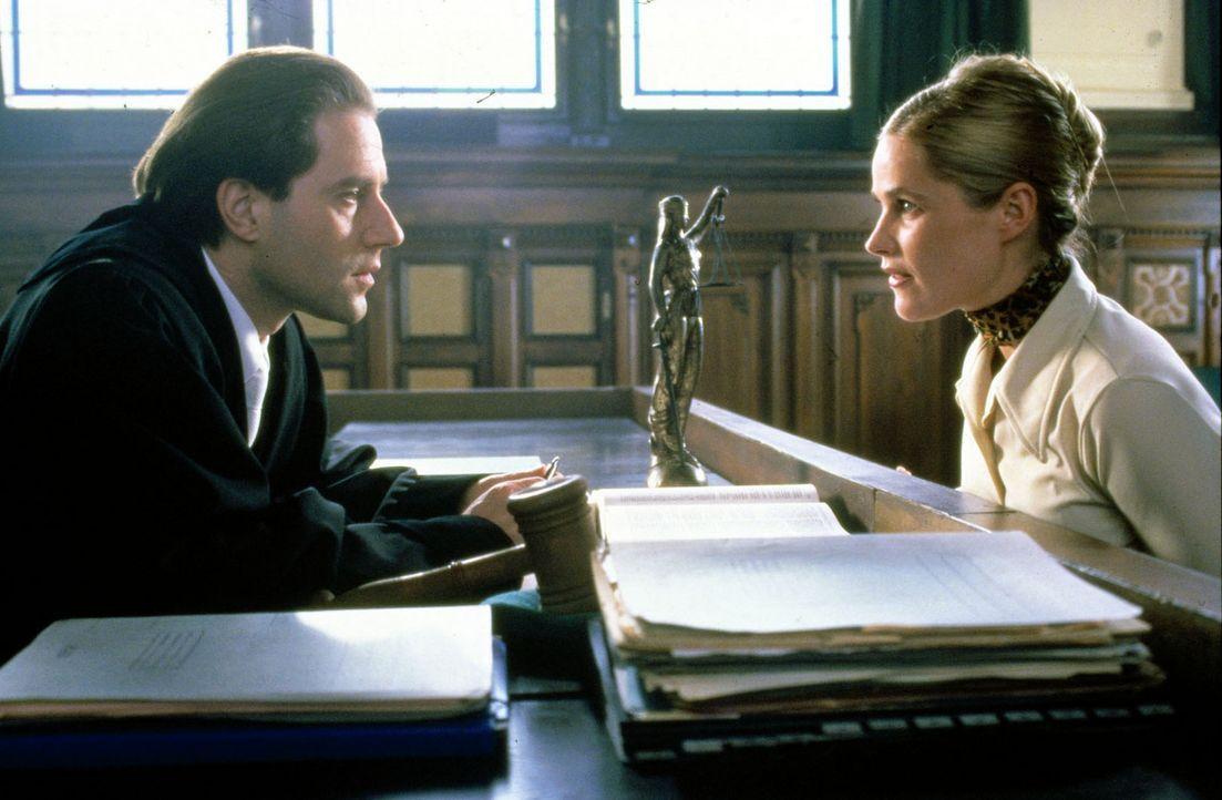 Als sie verurteilt wird, jammert Connie (Caroline Eichhorn, r.) Richter Staal (Stefan Kurt, l.) etwas über ihren fiktiven Sohn vor. - Bildquelle: Conny Klein Sat.1