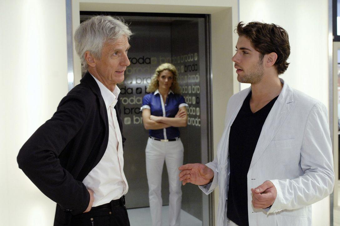 Robert (Mathieu Carrière, l.) hat kein Ohr für Jonas' (Roy Peter Link, r.) Probleme mit seinem Bruder Gerrit. - Bildquelle: Oliver Ziebe Sat.1