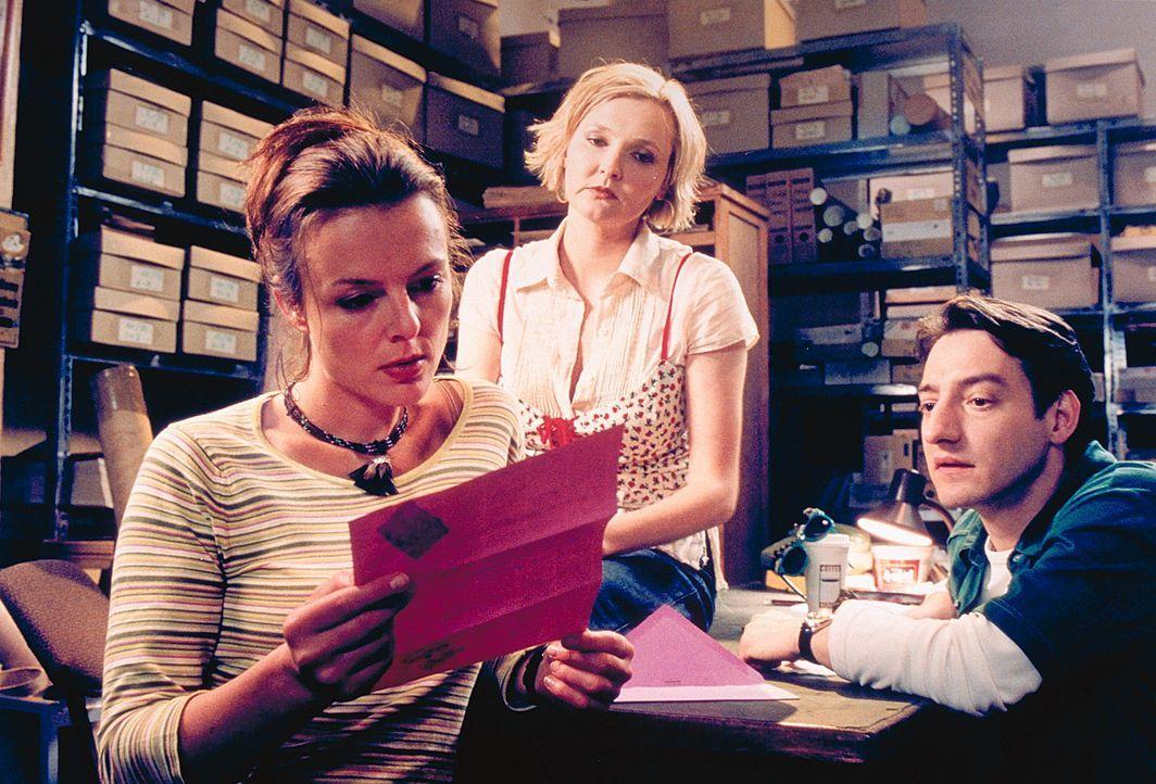 Bei ihren Kollegen Lotte (Katharina Schubert, M.) und Kemal (Boris Aljinovic, r.) stößt Jennys (Annika Pages, l.) Engagement auf wenig Gegenliebe. B... - Bildquelle: Mühle ProSieben