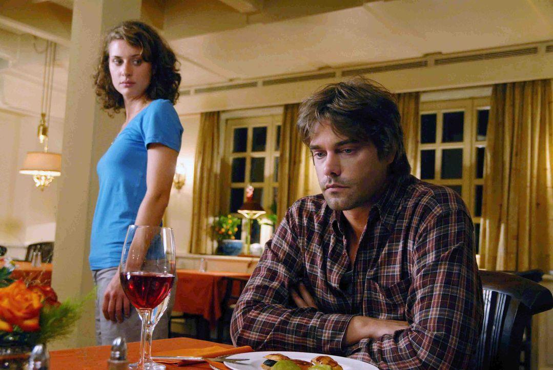 Sara (Marie Rönnebeck, l.) versucht sich dem verschlossenen Georg (Raphaël Vogt, r.), der seiner toten Freundin Liebesbriefe schreibt, zu nähern ...... - Bildquelle: Hardy Spitz Sat.1