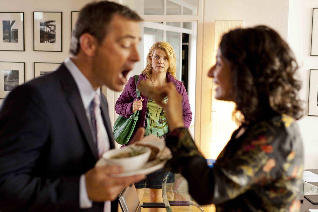 Für Danni (Annette Frier, M.) ist es nicht leicht, Oliver (Jan Sosniok, l.) und Elli (Sanam Afrashteh, r.) so zu sehen ... - Bildquelle: Frank Dicks SAT.1