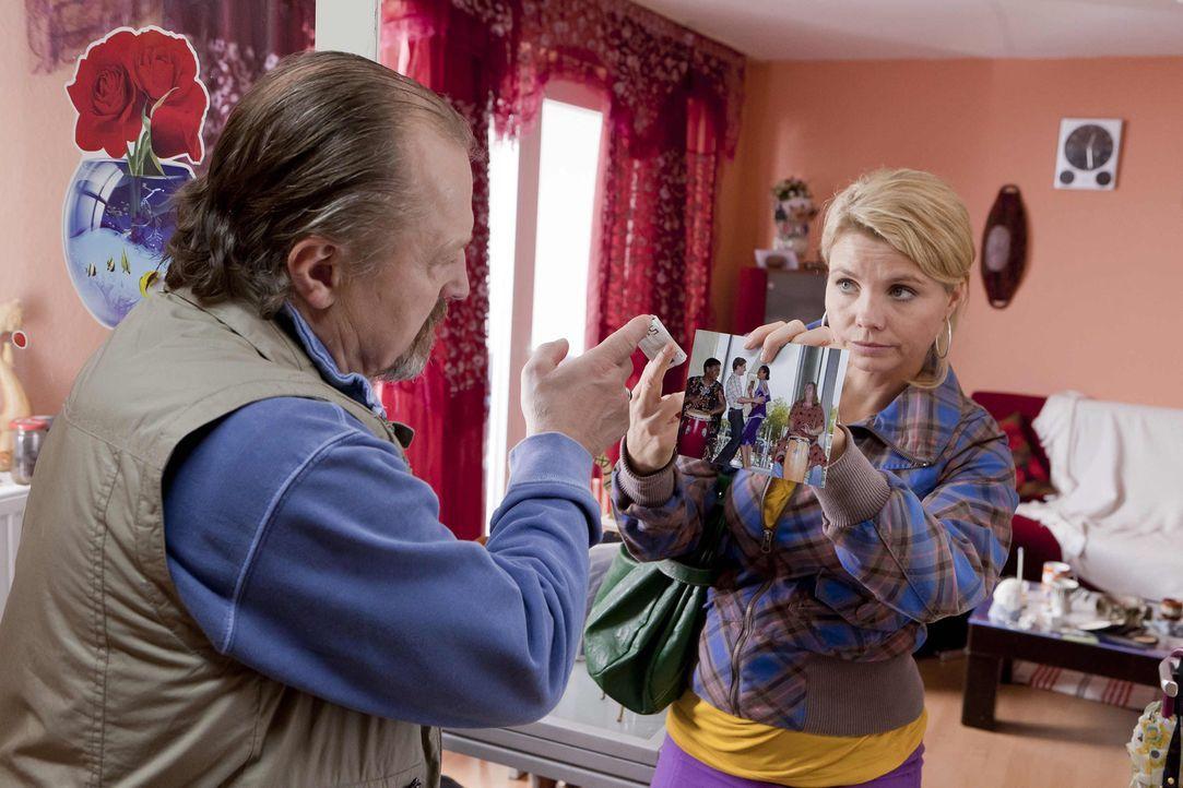 Um die Abschiebung der kleinen Momo zu verhindern, lässt Danni (Annette Frier, r.) nichts unversucht, was sogar Herr Albers (Paul Faßnacht, l.) zu s... - Bildquelle: Frank Dicks SAT.1