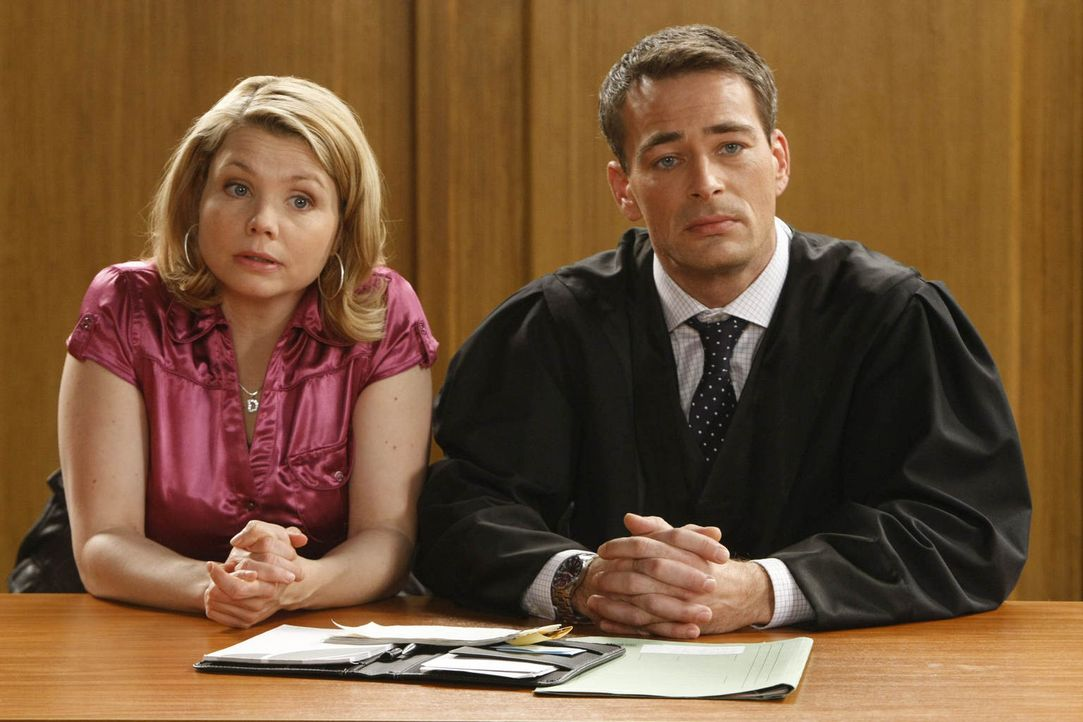 Wann immer die beiden aufeinander treffen, ob im Gerichtssaal oder außerhalb, sprühen nicht nur aus juristischen Gründen die Funken: Danni Lowinski... - Bildquelle: Frank Dicks SAT.1
