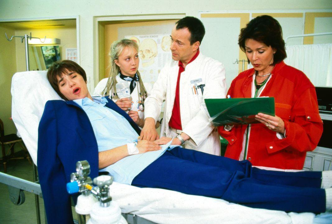 Die Busfahrerin Gitta Huber (Anja Franke, l.) wird mit einer akuten Blinddarmentzündung ins Luisenkrankenhaus eingeliefert. Schwester Meike (Melanie... - Bildquelle: Noreen Flynn Sat.1