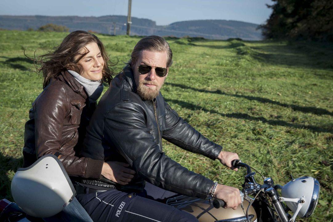 Die schöne Motorradfahrerin Astrid (Christina Hecke, l.) liefert Mick (Henning Baum, r.) den letzten Grund, das Handtuch bei der Streifenpolizei zu... - Bildquelle: Martin Rottenkolber SAT.1 / Martin Rottenkolber