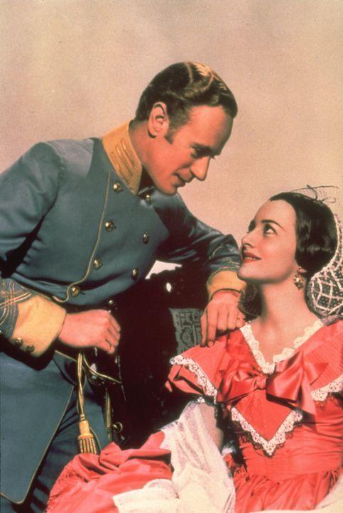 Seit vielen Jahren liebt die verwöhnte Scarlett heimlich den spießigen Farmer Ashley Wilkes (Leslie Howard, r.). Da verliebt sich dieser in seine Co... - Bildquelle: Metro-Goldwyn-Mayer (MGM)