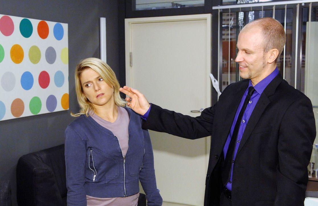 Anna (Jeanette Biedermann, l.) schreckt vor Gerrits (Lars Löllmann, r.) Annäherungsversuchen zurück. - Bildquelle: Claudius Pflug Sat.1