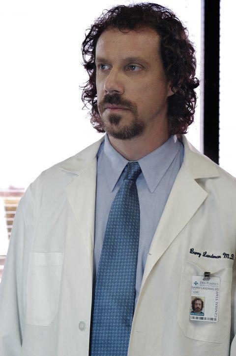 Die Spur des Serienkillers führt in ein Krankenhaus. Hat Dr. Barry Landman (Marcus Giamatti) etwas mit den Morden zu tun? - Bildquelle: Gale Adler 2005 CBS BROADCASTING INC. All Rights Reserved. / Gale Adler