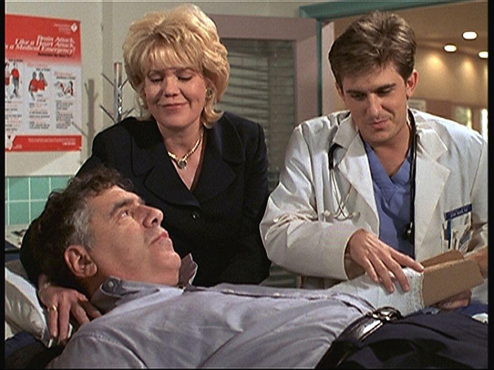 Auch Peyton Cartwright (Elliott Gould, l.), ein Mitglied des Aufsichtsrates, nimmt an der Katastrophenübung teil und mimt einen Verletzten. Jesse (C... - Bildquelle: Viacom