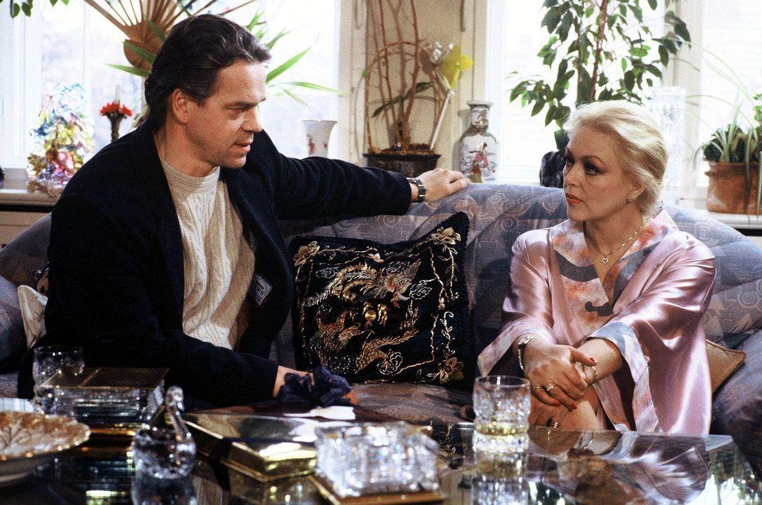 Kommissar Wolff (Jürgen Heinrich, l.) befragt die attraktive Silke Sommer (Barbara Schöne, r.) zum Mord an einer Industriellengattin. - Bildquelle: Alfred Raschke Sat.1