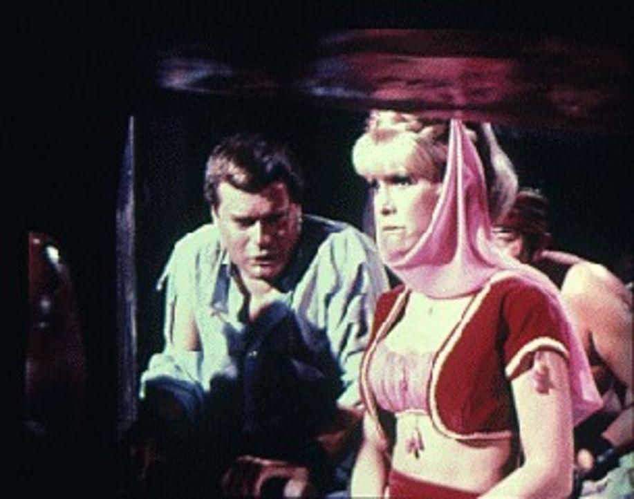 Die total enttäuschte Jeannie (Barbara Eden, r.) will Tony (Larry Hagman, r.) verlassen, weil er sie nicht heiraten will ...