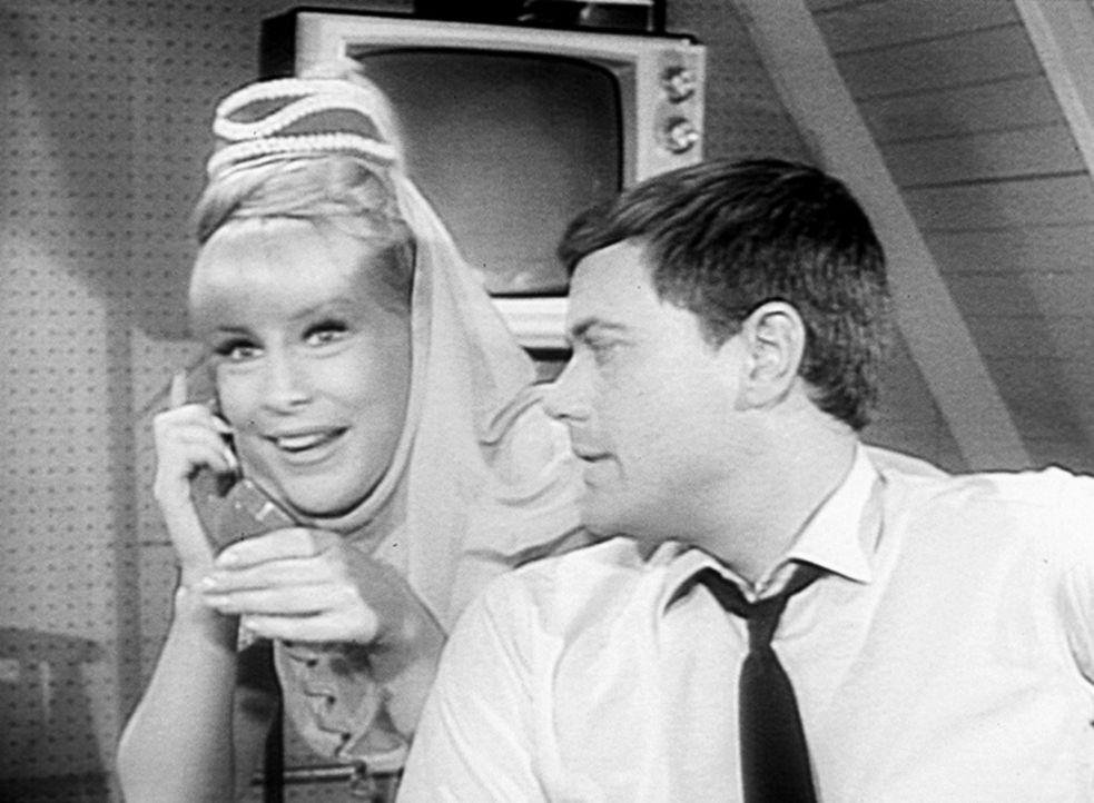 Jeannie (Barbara Eden, l.) erhält einen Anruf von Marilla, indem sie ihr mitteilt, dass sie sie bald besuchen kommt. Tony (Larry Hagman, r.) ist der... - Bildquelle: Columbia Pictures