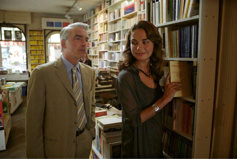 Felix (Christoph M. Ohrt, l.) sucht die Ex-Freundin (Anne-Marie Bubke, r.) von Andreas Fromme auf und versucht sie zu überzeugen, die romantischen B... - Bildquelle: Hardy Spitz Sat.1
