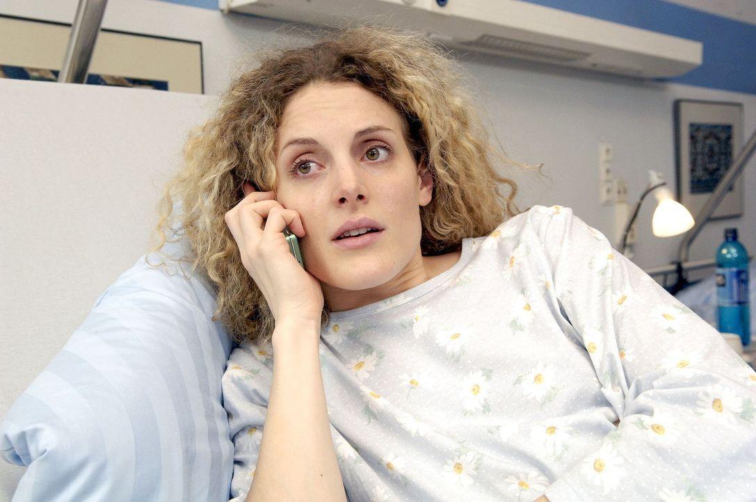 Maja (Barbara Lanz) wird nach ihrer Auseinandersetzung mit Natascha ins Krankenhaus eingeliefert. Ist das Baby noch zu retten...? - Bildquelle: Claudius Pflug Sat.1