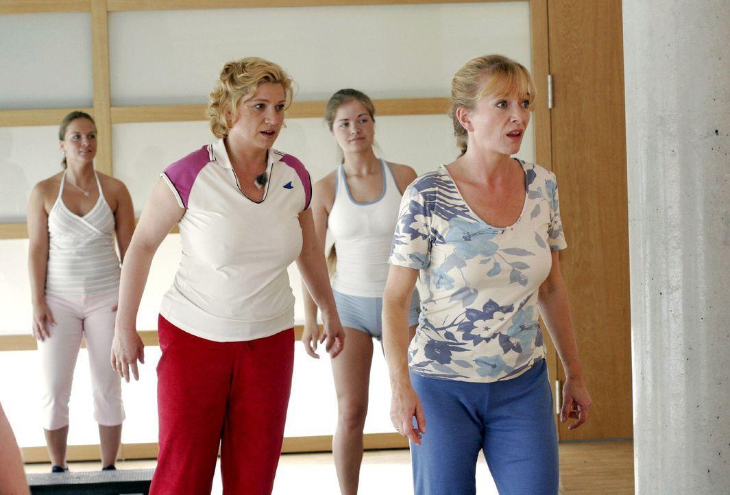 Sport ist Mord: Agnes (Susanne Szell, l.) und Helga (Ulrike Mai, r.) kapitulieren angesichts der Anstrengungen im Fitnessstudio. - Bildquelle: Noreen Flynn Sat.1