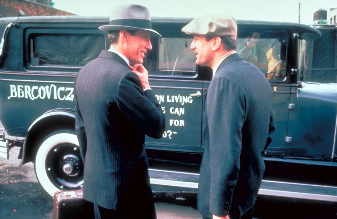 Als Noodles (Robert De Niro, r.) nach zehn Jahren aus dem Gefängnis entlassen wird, nimmt ihn sein alter Freund Max (James Woods, l.) in sein gut or... - Bildquelle: Warner Bros.
