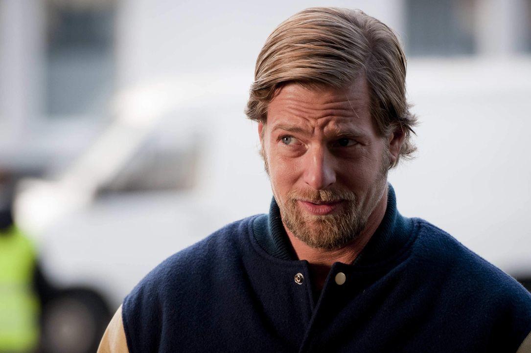 Mick (Henning Baum) ist der festen Überzeugung, dass erstens Benzin wirklich zu teuer ist und zweitens noch nie eine Protestaktion so sexy war, wie... - Bildquelle: Martin Rottenkolber SAT.1 / Martin Rottenkolber