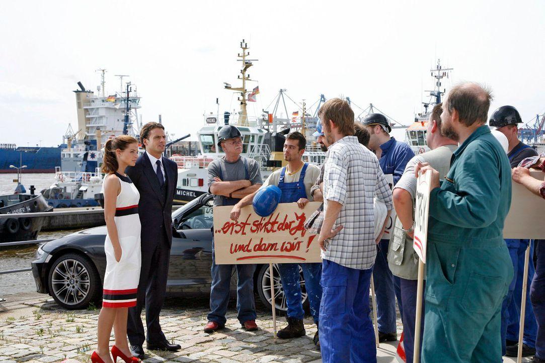 Katrina (Yvonne Catterfeld, l.) und David (Stephan Luca, 2.v.l.) sprechen mit den streikenden Hafenarbeitern. - Bildquelle: Georg Pauly Sat.1