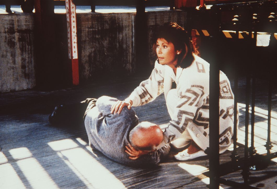 Amanda (Kate Jackson, r.) hilft dem schwerverletzten Hehler Weathers (Douglas Seale, l.) ...