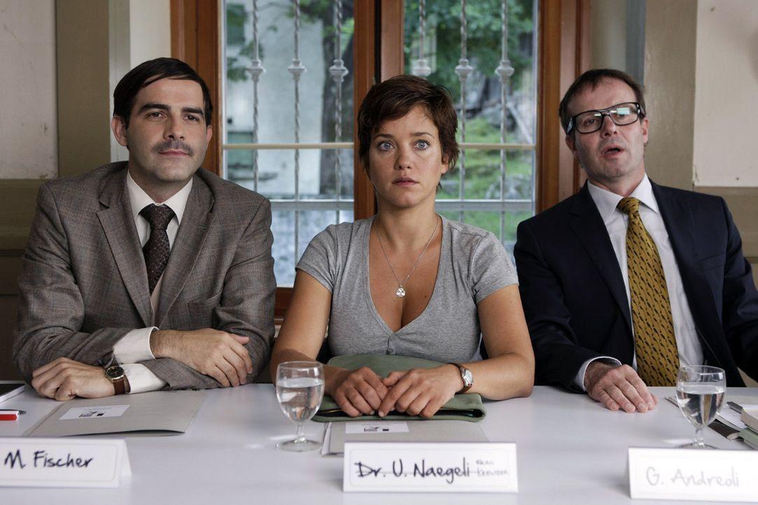 Paula (Muriel Baumeister, M.) nimmt auf der Pressekonferenz der Gemeindeversammlung zwischen Dr. Fischer (Beat Marti, l.) und dem Bürgermeister (Pet... - Bildquelle: Daniel Ammann Sat.1