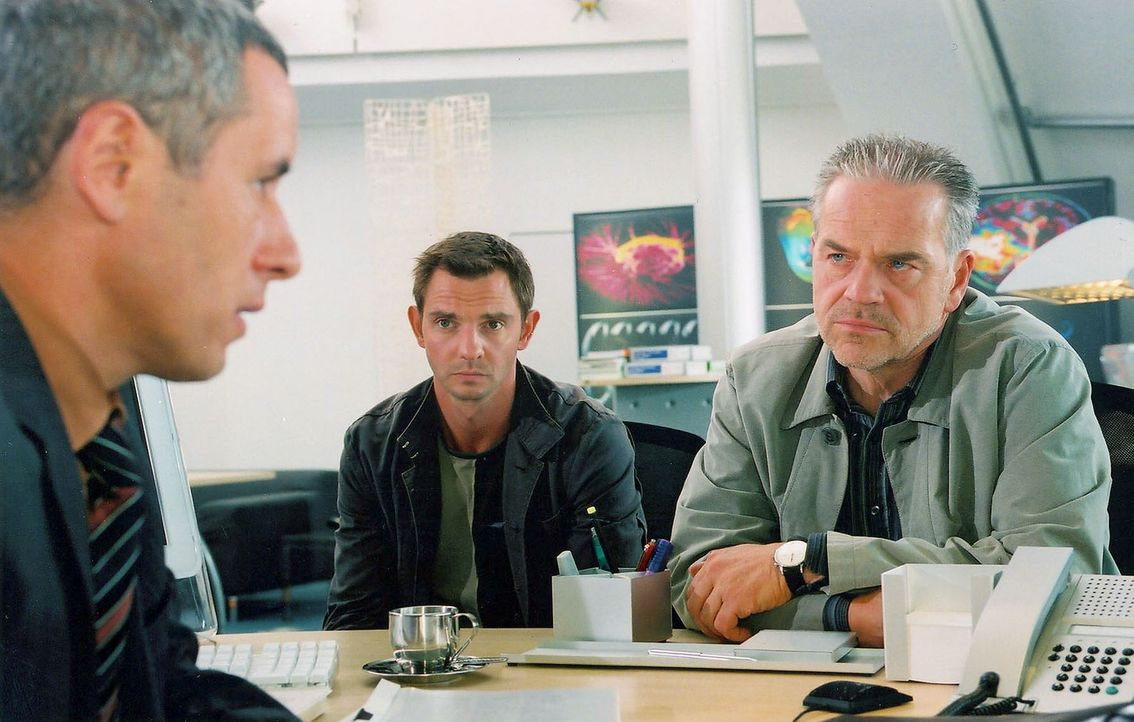 Wolff (Jürgen Heinrich, r.) und Tom (Steven Merting, M.) befragen Konrad Roder (Ralph Herforth, l.) zum Tod eines Wissenschaftlers aus seinem Team. - Bildquelle: Alfred Raschke Sat.1