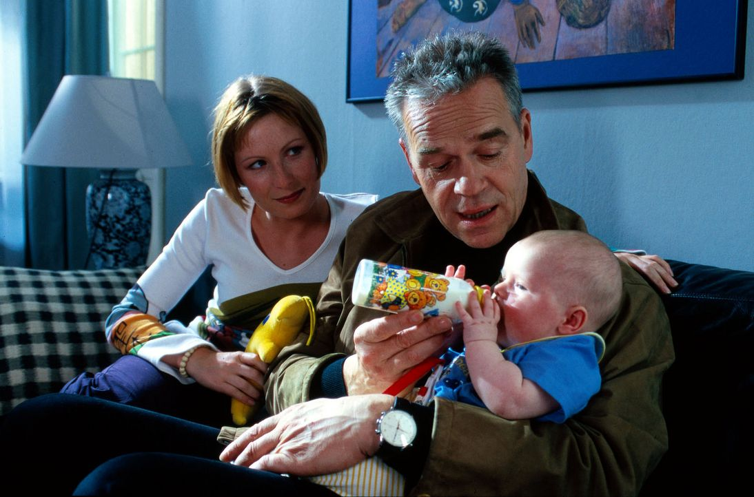 Verena (Nadine Seiffert, l.) ist zufrieden, dass ihr Vater (Jürgen Heinrich, r.) sich um seinen kleinen Enkel Luis kümmert. - Bildquelle: Bienert Sat.1