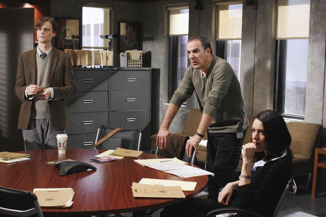 Auf der Suche nach einem Serienmörder: Reid (Matthew Gray Gubler, l.), Gideon (Mandy Patinkin, M.) und Emily Prentiss (Paget Brewster, r.) ... - Bildquelle: Ron Tom 2006 Touchstone Television. All rights reserved. NO ARCHIVE. NO RESALE.