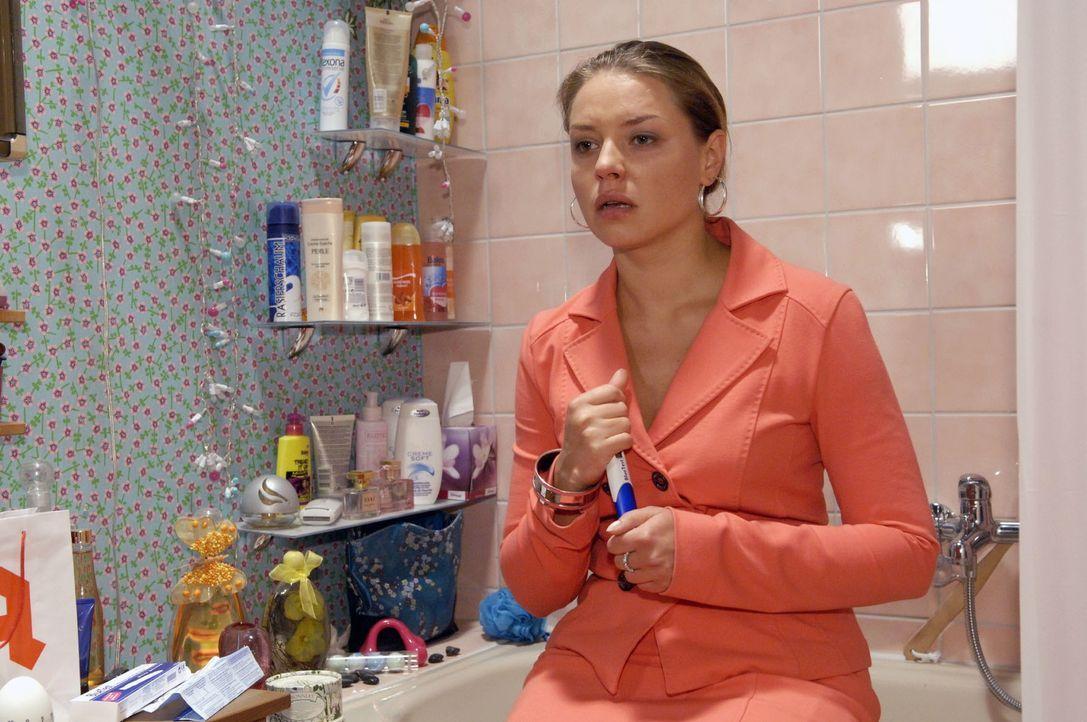 Katjas (Karolina Lodyga) böse Vorahnung wird durch einen Schwangerschaftstest bestätigt ... - Bildquelle: Claudius Pflug Sat.1