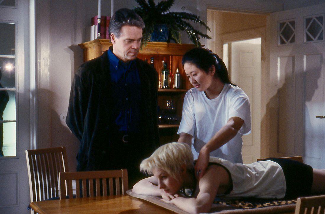 Verena (Nadine Seiffert, M.) hat kurzerhand die Vietnamesin Shei Li (Sandra Lee, r.) aus dem Asylantenheim zu sich nach Hause umquartiert. Wolff (J - Bildquelle: Alfred Raschke Sat.1