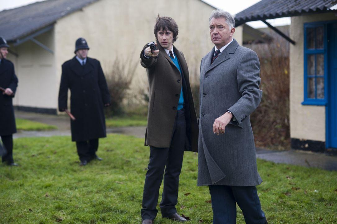 Bevor Inspector George Gently (Martin Shaw, r.) und Detective Sergeant John Bacchus (Lee Ingleby, l.) den Mörder dingfest machen können, werden ihne... - Bildquelle: ALL3MEDIA & Company Pictures