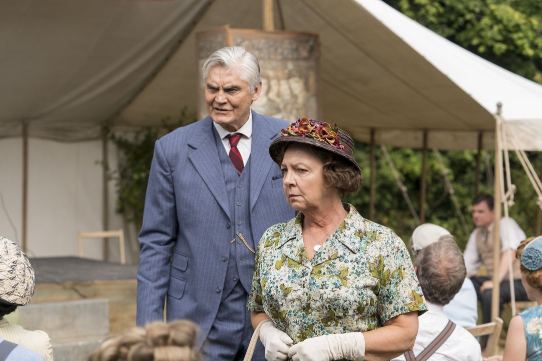 Jack Chapman (Nick Brimble, l.); Mrs. Chapman (Tessa Peake-Jones, r.) - Bildquelle: Colin Hutton Kudos/ITV/Masterpiece / Colin Hutton