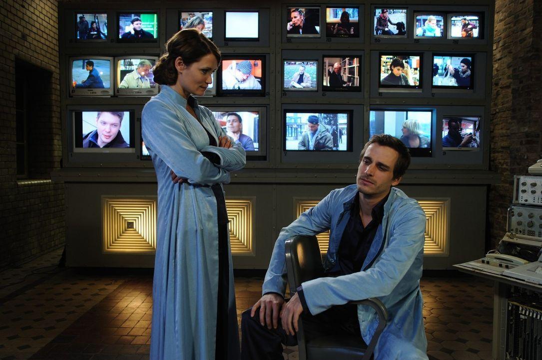 Schon bald wird Danielle (Anja Kling, l.) klar, dass sich ihr Kollege Uriel (Max von Thun, r.), der seit mehr als 3.000 Jahren mit ihr gemeinsam als... - Bildquelle: Hardy Spitz SAT.1
