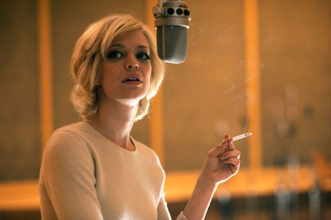Hilde (Heike Makatsch) startet ihre Karriere als Sängerin und nimmt deutsche Lieder auf, deren Texte sie selbst geschrieben hat ... - Bildquelle: Warner Brother