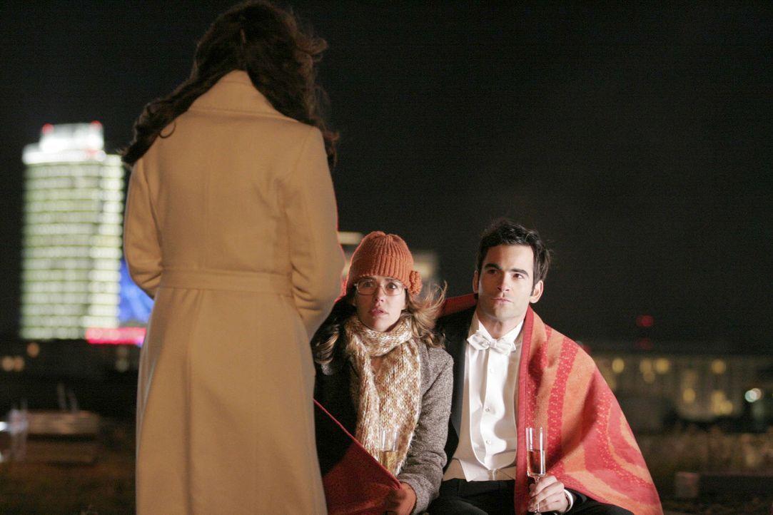 Lisa (Alexandra Neldel, M.) bleibt fast das Herz stehen, als plötzlich Mariella (Bianca Hein, l.) vor ihr und David (Mathis Künzler, r.) steht. - (D... - Bildquelle: Noreen Flynn Sat.1