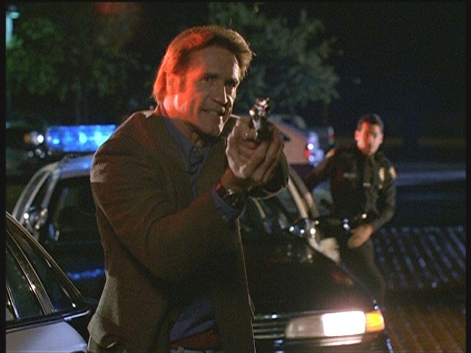 Steve (Barry Van Dyke, l.) und seine Kollegen können die Bankräuber und Mörder gerade noch an der Flucht hindern. - Bildquelle: Viacom