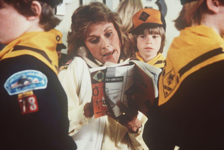 Amanda (Kate Jackson, M.) ist als Pfadfindermutter nicht so recht bei der Sache, was ihren Sohn Jamie (Gregory Morton, M. r.) ziemlich verwundert. A... - Bildquelle: CBS Television